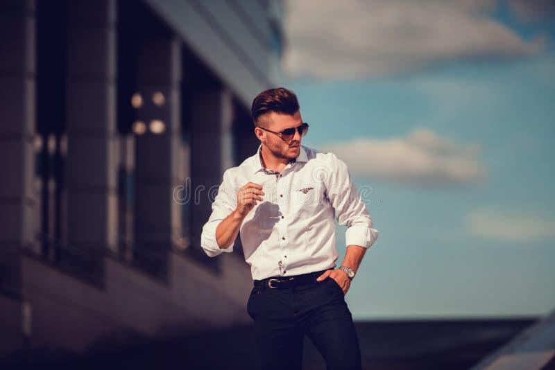 Elegancki przystojny biznesowy mężczyzna fotografia royalty free