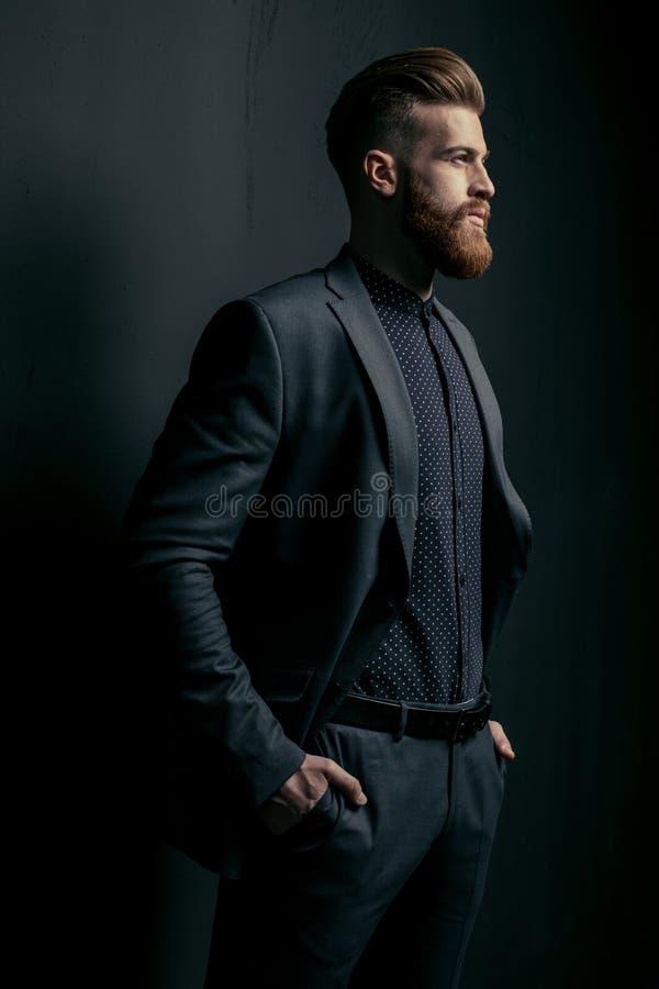 Elegancki przystojny brodaty mężczyzna zdjęcia royalty free