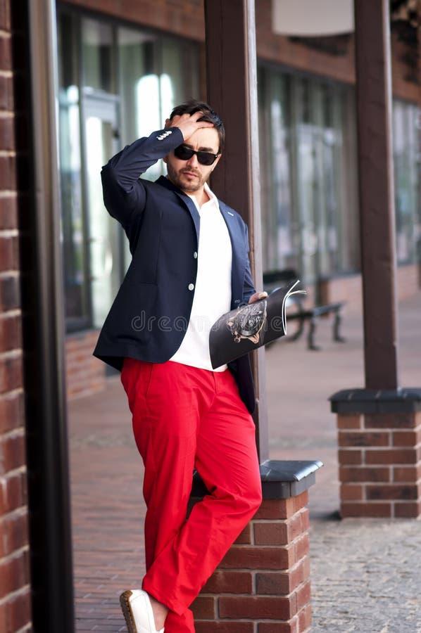 Elegancki przystojny mężczyzna czyta magazyn na spacerach zdjęcia royalty free