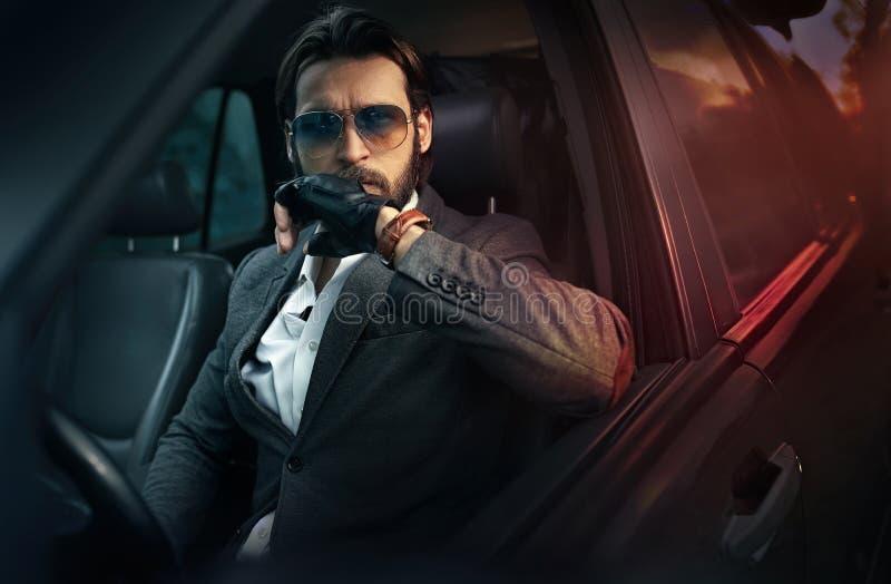 Elegancki przystojny mężczyzna jedzie samochód zdjęcia royalty free