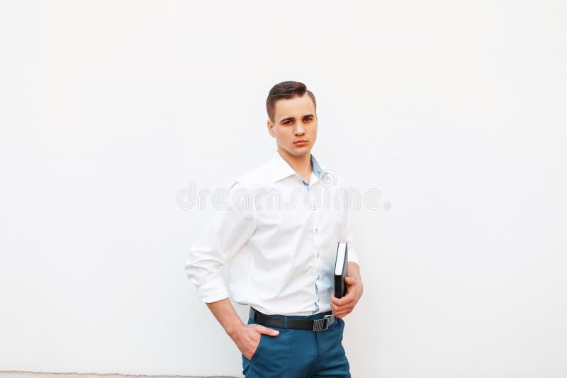 Elegancki przystojny mężczyzna z ostrzyżeniem w białej koszula zdjęcie stock