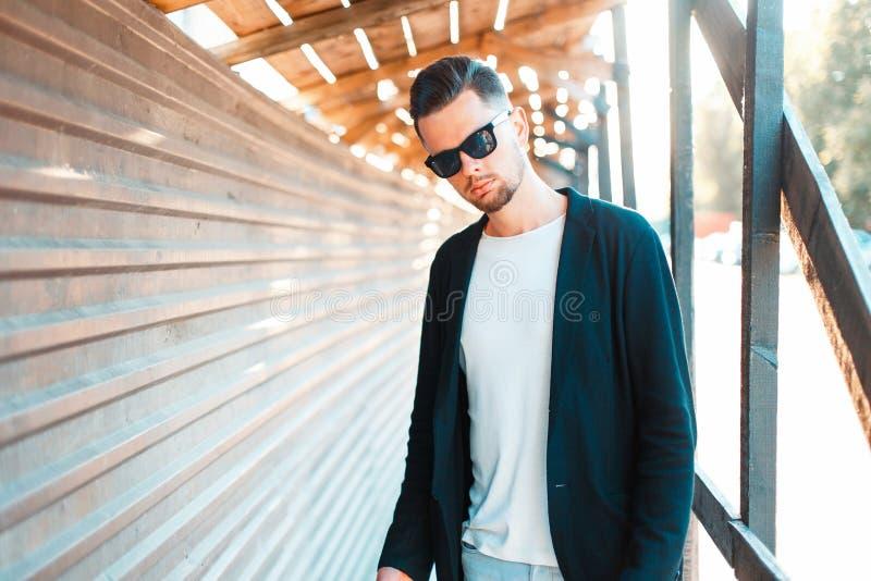 Elegancki przystojny mężczyzna z ostrzyżeniem w okularach przeciwsłonecznych obrazy stock