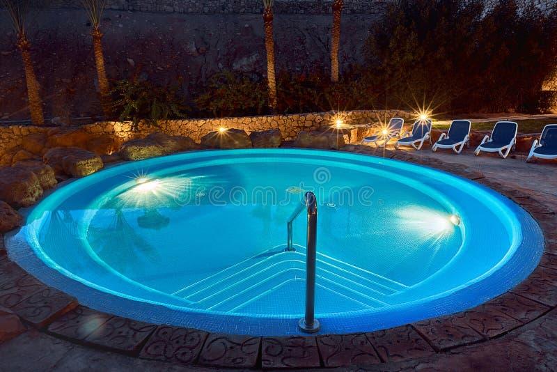 Elegancki pusty wodny basen z błękitne wody przy nocą obrazy stock
