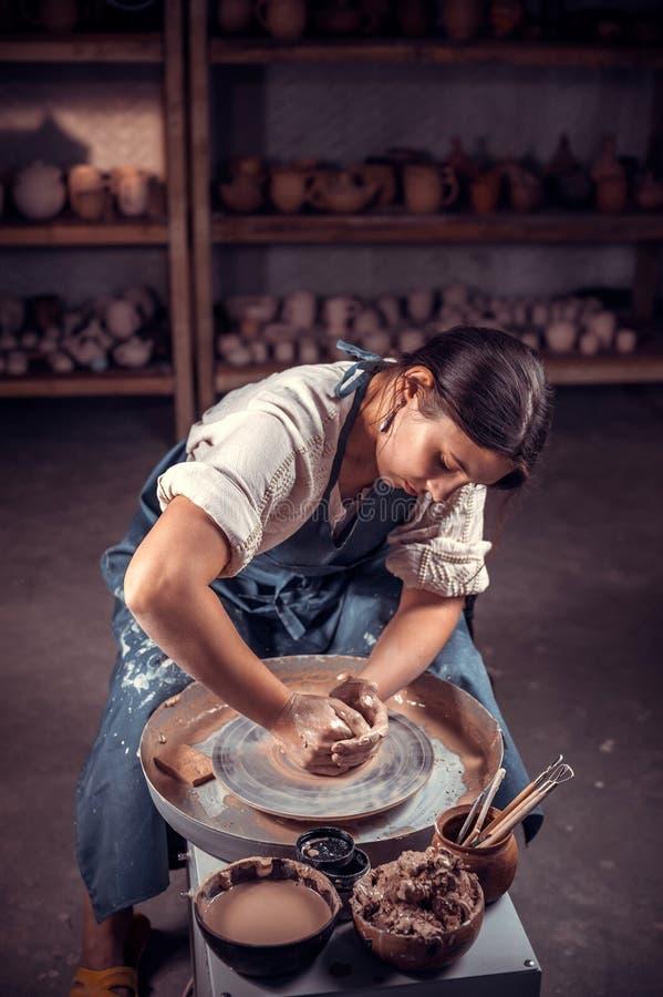 Elegancki rzemieślnik demonstruje proces robić ceramicznym naczyniom używać starą technologię ludowy r?kodzie?o fotografia royalty free