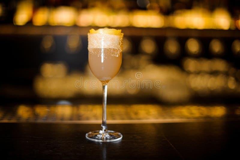 Elegancki słodkiego wina szkło wypełniał z smakowitym brandy crusta cocktai zdjęcie royalty free