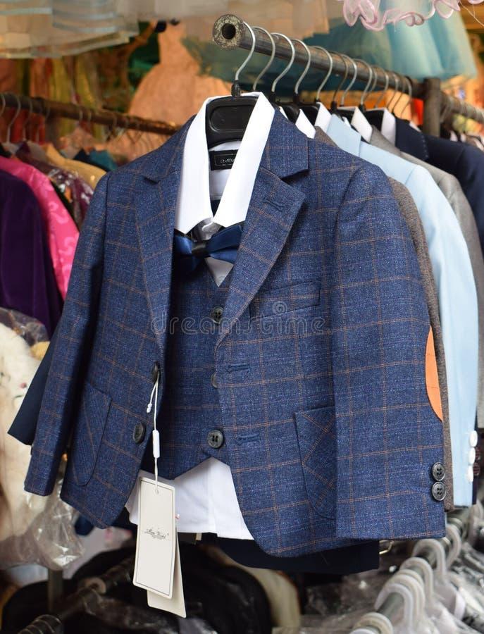 Elegancki sprawdzać błękitnego dziecka kostium zdjęcia stock