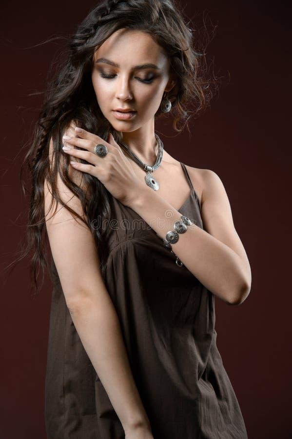 Elegancki srebny akcesorium na kobiecie Kolia na szyi, kolczykach i pier?cionku, obrazy stock