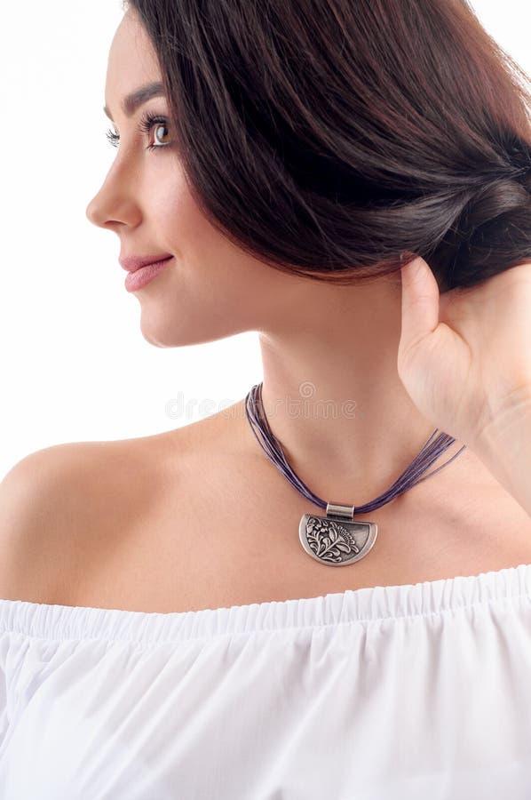 Elegancki srebny akcesorium na kobiecie Kolia z choker na szyi zdjęcia royalty free