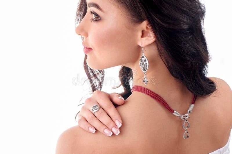 Elegancki srebny akcesorium na kobiecie Kolia z choker na szyi obrazy stock