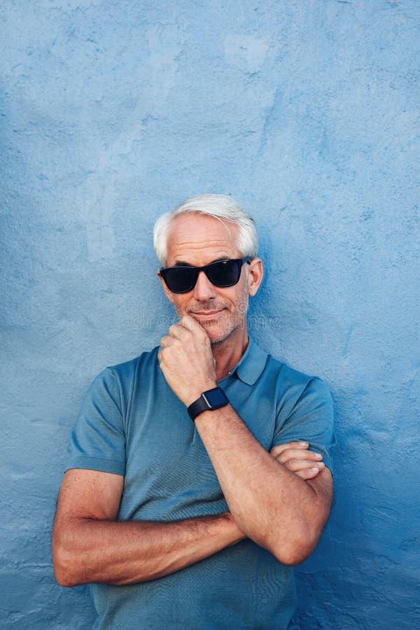 Elegancki starszy mężczyzna z okularami przeciwsłonecznymi i mądrze zegarkiem fotografia stock