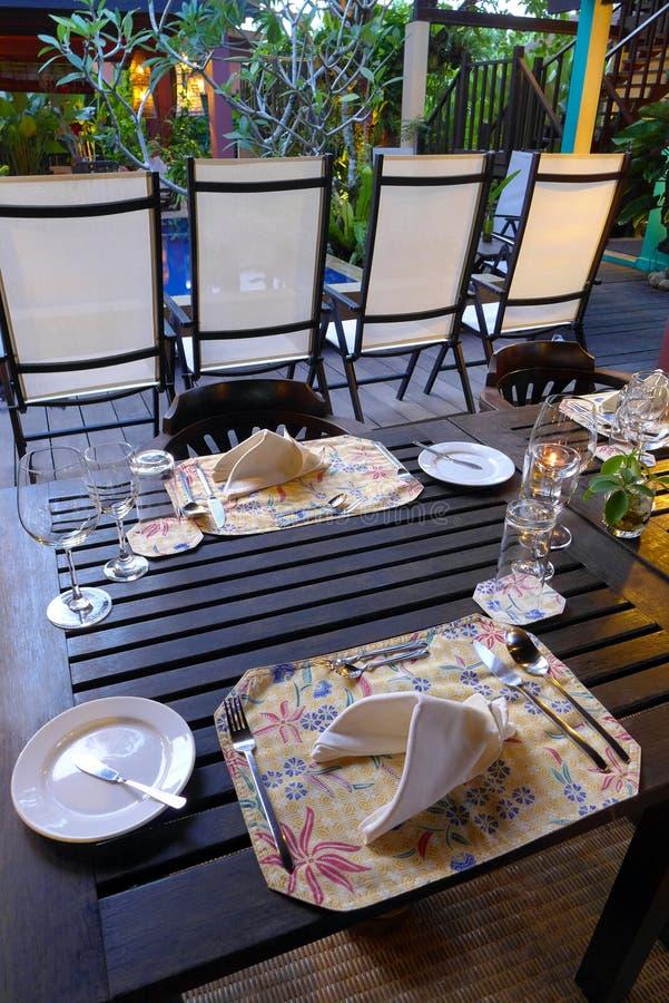 Elegancki stołowy położenie z etnicznym batikiem fotografia royalty free