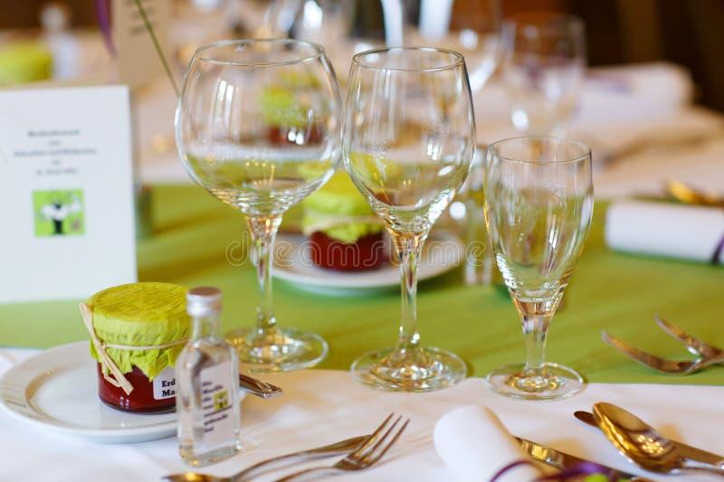 Elegancki stołu set w purpurach i zieleni dla przyjęcia poślubiać lub wydarzenia zdjęcie royalty free