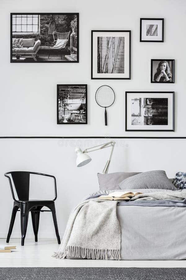Elegancki sypialni wnętrze z królewiątko rozmiaru łóżkiem w modnym mieszkaniu, istna fotografia obraz stock