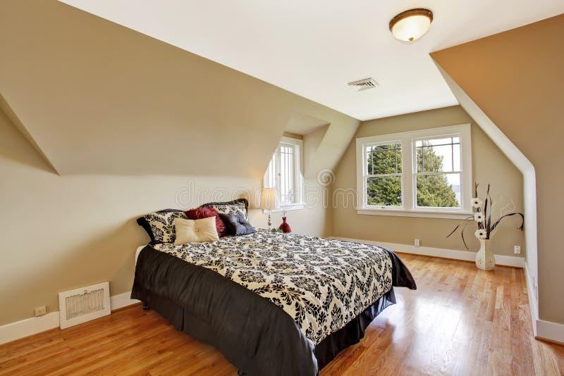 Elegancki sypialni wnętrze z przesklepionym sufitem fotografia stock