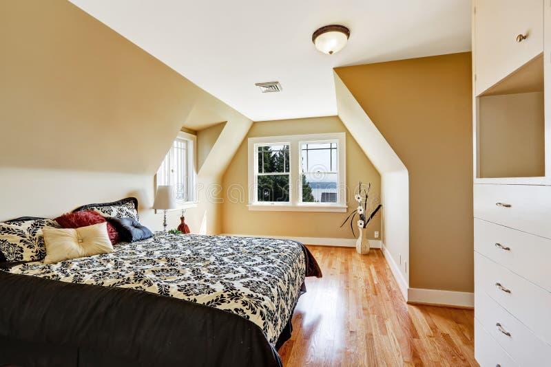 Elegancki sypialni wnętrze z przesklepionym sufitem obrazy stock