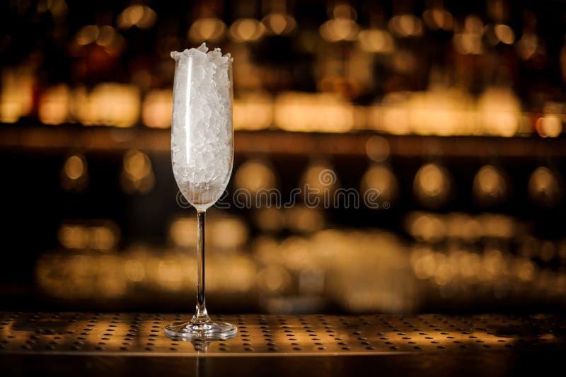 Elegancki szampański fletowy szkło wypełniający z lodem zdjęcie royalty free