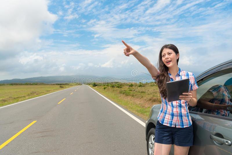 Elegancki szczęśliwy żeński uczeń z samochodem na drodze fotografia stock
