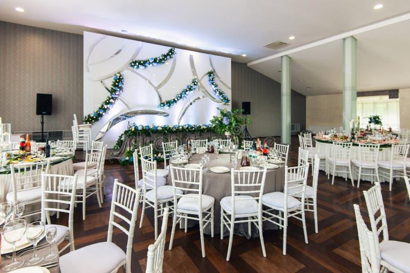 Elegancki wesele bielu stołu przygotowania, kwiecista centerpiece dekoracja obrazy royalty free