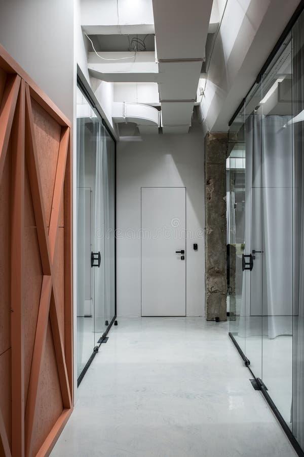 Elegancki wnętrze w loft stylu z szarymi ścianami fotografia stock