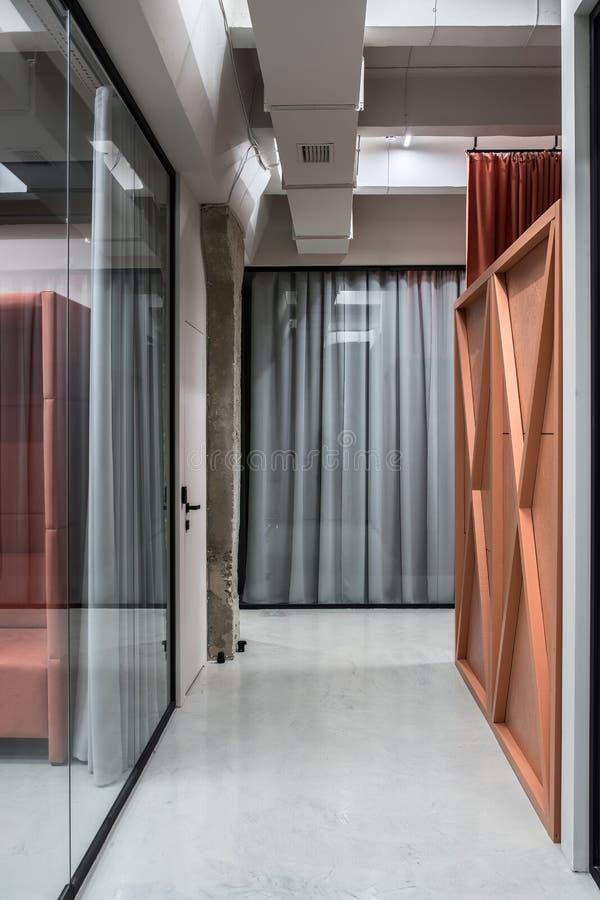 Elegancki wnętrze w loft stylu z szarymi ścianami zdjęcia stock