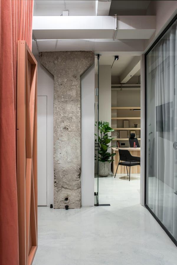 Elegancki wnętrze w loft stylu z szarymi ścianami obrazy stock