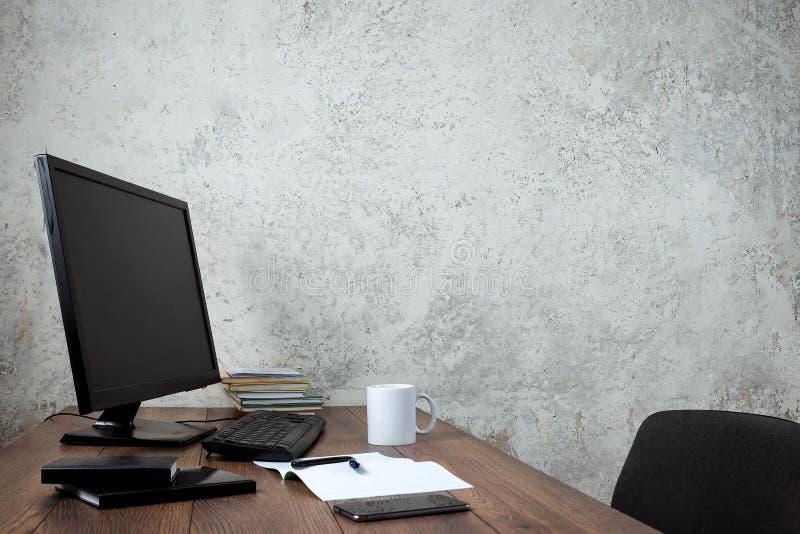 Elegancki workspace z komputerem i plakatami na domu lub studiu zdjęcia royalty free