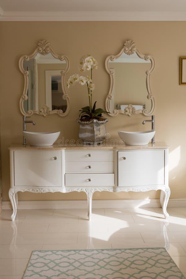 Elegancki zlew i lustro w łazience obrazy stock