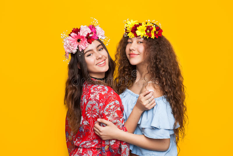 Eleganckie kobiety w florar kapitałkach obraz stock