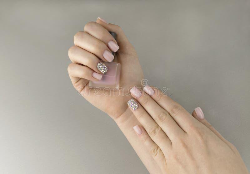 Eleganckie modnych kobiet menchie robią manikiur z gwoździa połyskiem zdjęcie stock