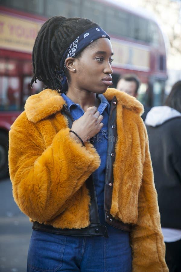 Eleganckie osoby obecne zbiera outside 180 pasemko dla london fashion week fotografia stock