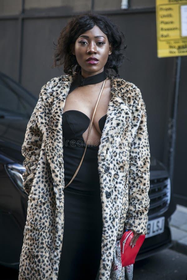 Eleganckie osoby obecne zbiera outside 180 pasemko dla london fashion week zdjęcie stock