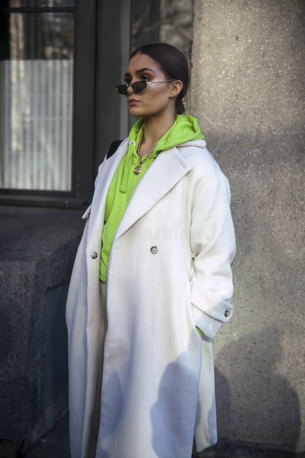 Eleganckie osoby obecne zbiera outside 180 pasemko dla london fashion week obraz royalty free