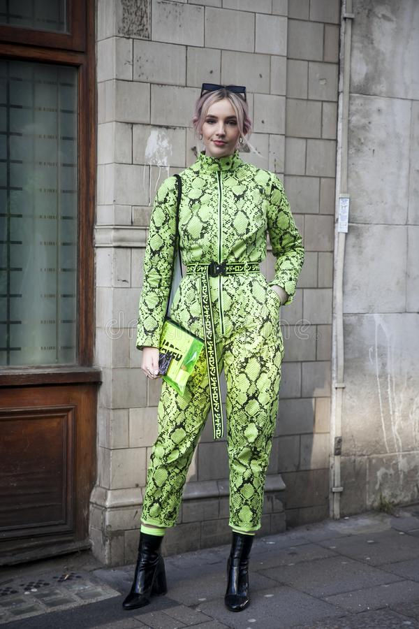 Eleganckie osoby obecne zbiera outside 180 pasemko dla london fashion week obrazy royalty free