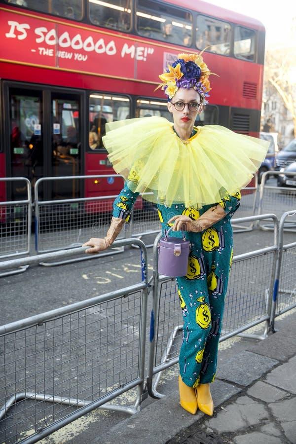 Eleganckie osoby obecne zbiera outside 180 pasemko dla london fashion week fotografia royalty free