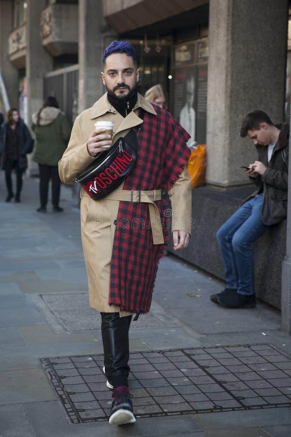 Eleganckie osoby obecne zbiera outside 180 pasemko dla london fashion week obraz stock