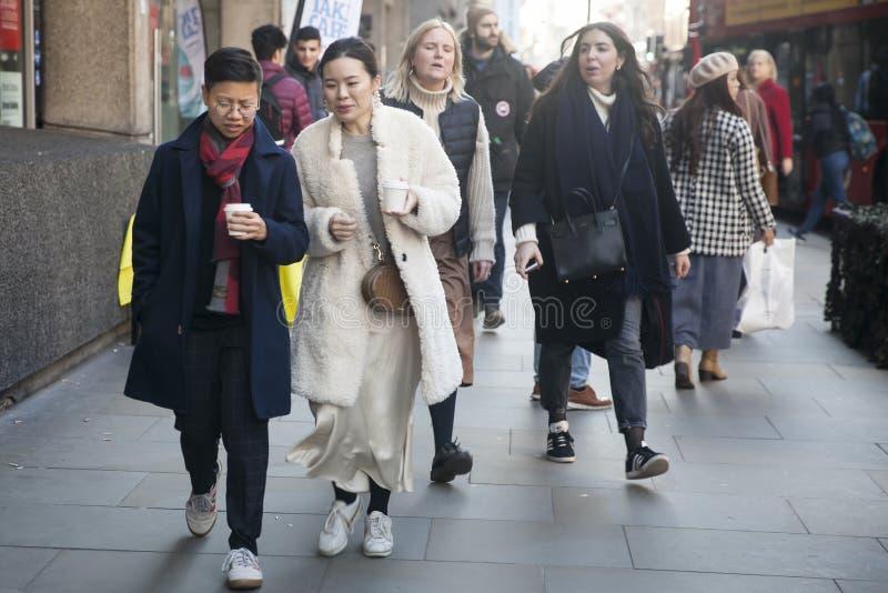 Eleganckie osoby obecne zbiera outside 180 pasemko dla london fashion week zdjęcia stock