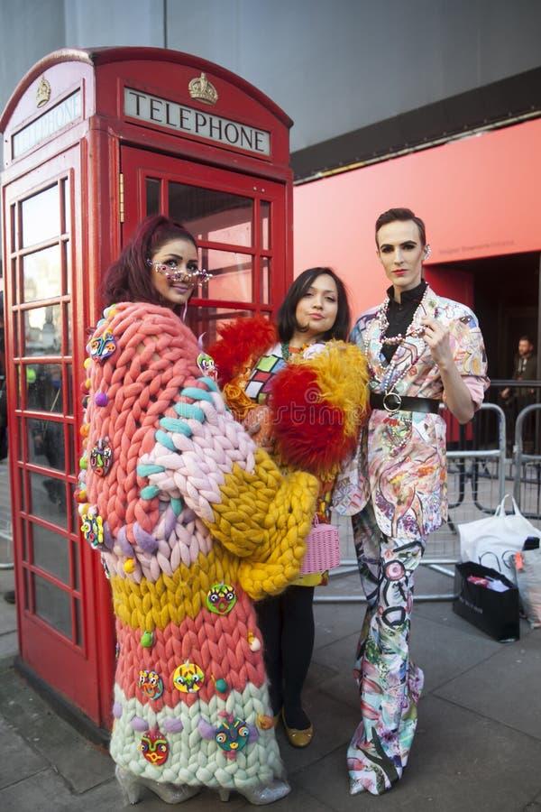 Eleganckie osoby obecne zbiera outside 180 pasemko dla london fashion week zdjęcia royalty free
