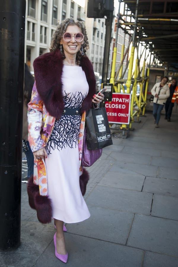 Eleganckie osoby obecne zbiera outside 180 pasemko dla london fashion week obrazy stock