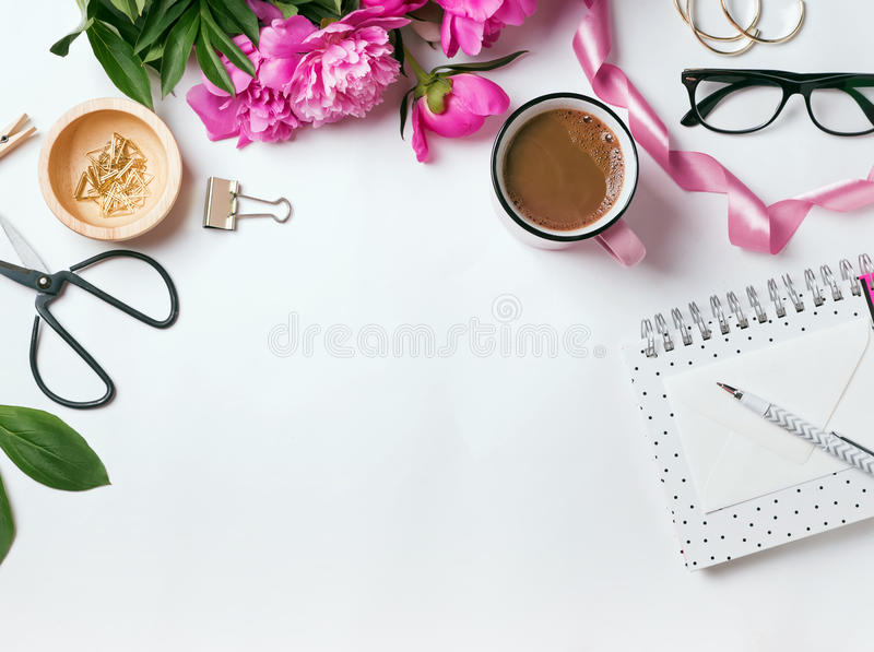 Eleganckie rzeczy i piękne różowe peonie zdjęcia stock