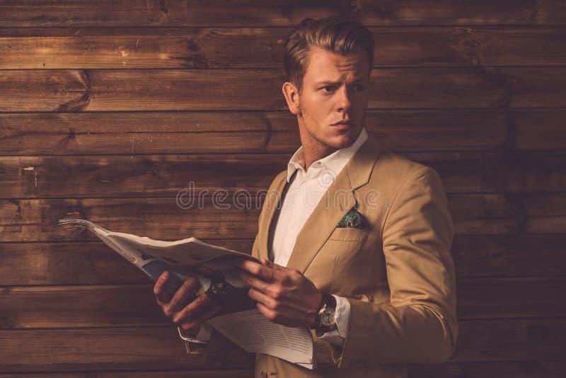 Eleganckiego mężczyzna chałupy wiejski wnętrze fotografia royalty free