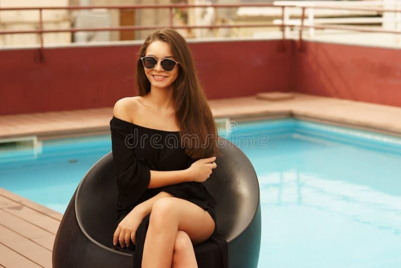 Eleganckiej dziewczyny pobliski basen zdjęcie stock