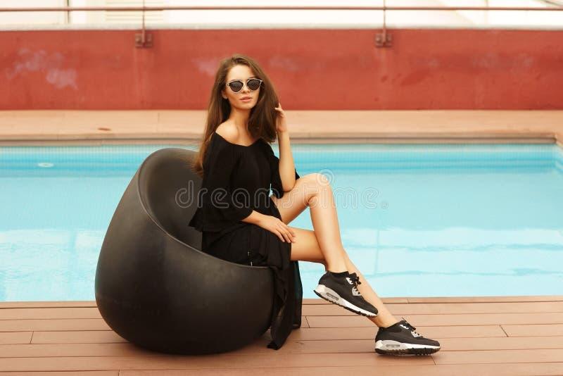 Eleganckiej dziewczyny pobliski basen fotografia royalty free