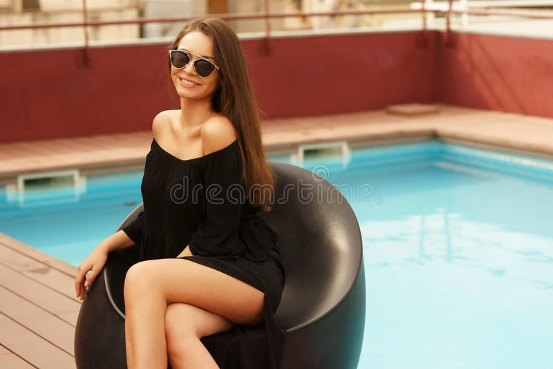 Eleganckiej dziewczyny pobliski basen obraz royalty free