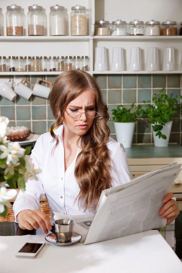 Eleganckiej kobiety czytelnicza gazeta fotografia stock