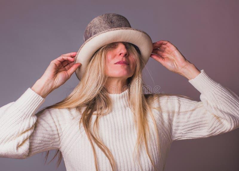 Eleganckiej kobiety portret w teatralnie kapeluszu zdjęcie stock