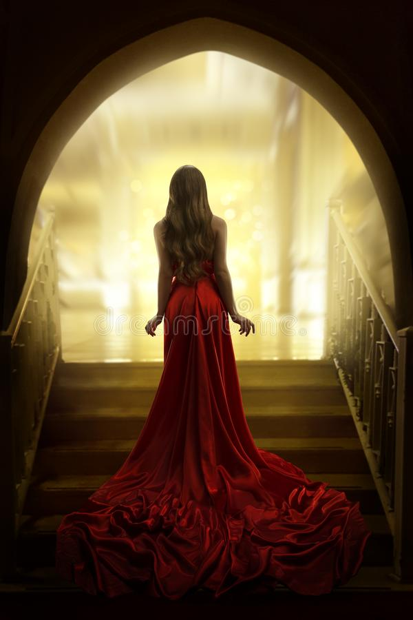 Eleganckiej kobiety sylwetka w Długiej Czerwonej todze, dama Tylny Tylni widok zdjęcia stock