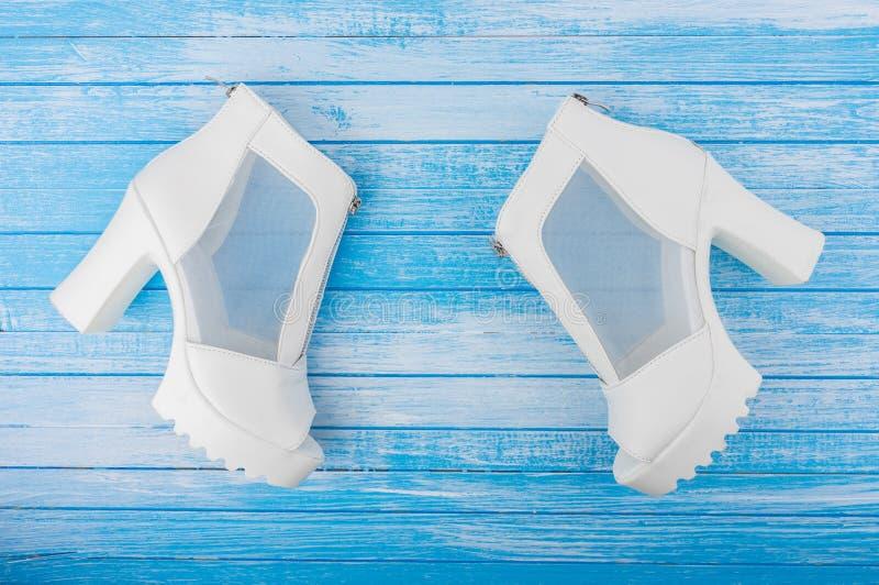 Eleganckiej Nowożytnej szpilki kobiety Biali Rzemienni buty Z zamków błyskawicznych krawatami zdjęcia royalty free