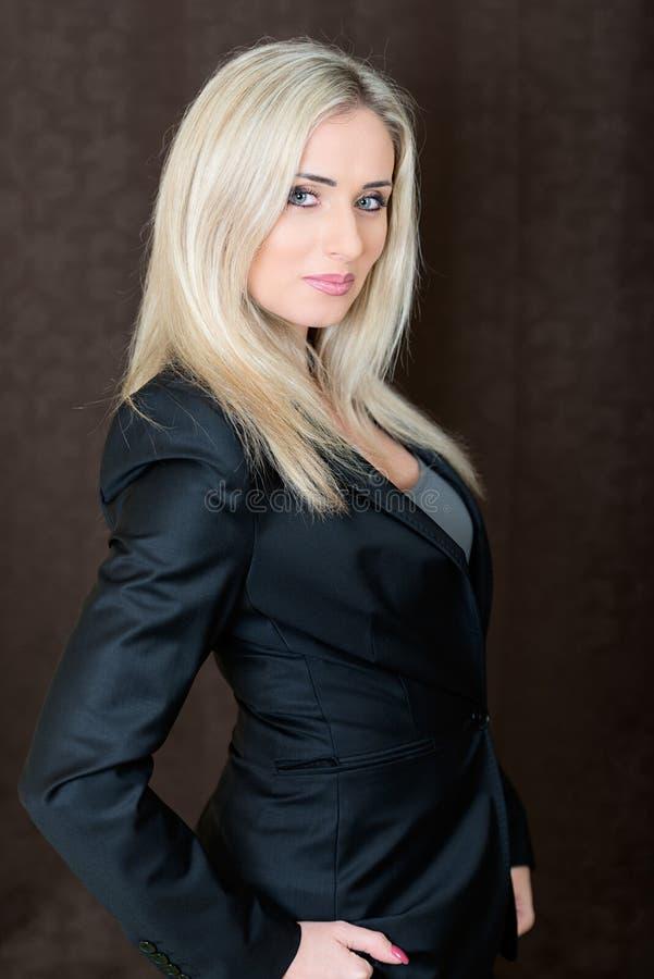 Elegancko ubierająca młoda wspaniała blond kobieta obrazy stock
