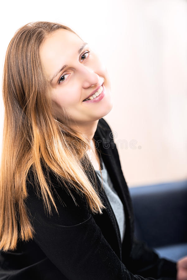 Elegancko ubierająca uśmiechnięta młoda brunetki kobieta obrazy stock