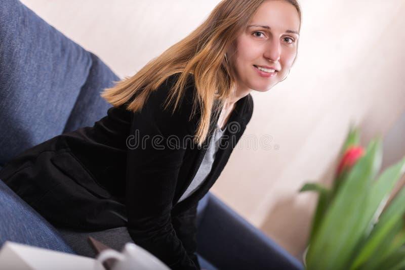 Elegancko ubierający młoda kobieta wędkujący brunetka strzał zdjęcia stock